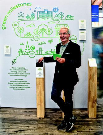Frank Bohle präsentiert Schwalbes grüne Meilensteine, darunter das Schlauch-recycling, ein Green- Compound und die neue Firmenzentrale, die nach nachhaltigen Kriterien gebaut wurde.  Foto: Schwalbe/Sabine Kunzer