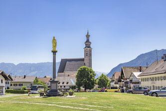Start und Ziel der Radtour rund um den Högl (827 Meter) markieren die Pfarrkirche und die vergoldete Mariensäule der Gemeinde Anger im Rupertiwinkel/Berchtesgadener Land  Bildnachweis: Berchtesgadener Land Tourismus
