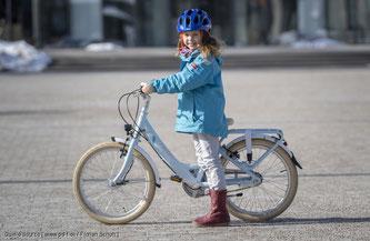 Eltern sollten ihrer Vorbildfunktion nachkommen und einen Helm im Alltag tragen