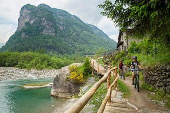 Im Tessiner Verzascatal, Herz des Schweizer Kantons, liegen oft nur ein paar Meter zwischen Kraftakt und Abkühlung. / Foto: Ticino Turismo/Christof Sonderegger