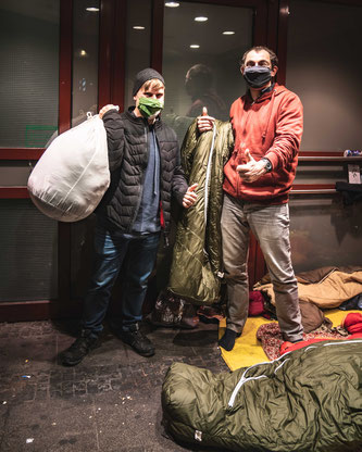 Grüezi bag spendete zu Weihnachten 2020 Schlafsäcke an Münchner Obdachlose