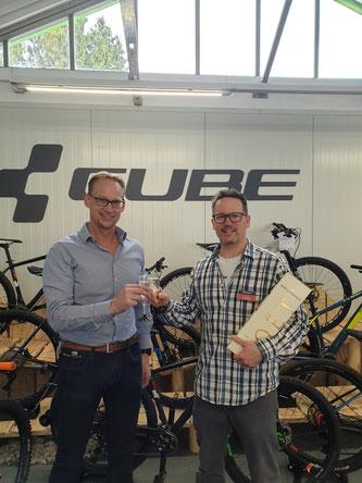 Persönliche Stippvisite zur Eröffnung: Tridata-Geschäftsführer Marc Schneider gratuliert Martin Schmidt, Geschäftsführer der CUBE Multicycle-Filiale zur Eröffnung.