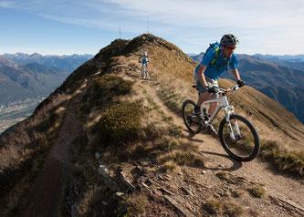 Inmitten der Tessiner Bergkulisse geht es mit dem Rad von Riviere bis nach Bedano über eine neue, 32 Kilometer lange MTB-Strecke  Bildnachweis: Marco Toniolo/Monte Tamaro