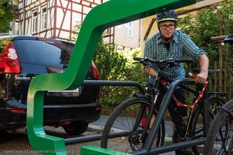 Es müssen mehr Parkmöglichkeiten für Räder anstelle von Autoparkplätzen am Fahrbahnrand geschaffen werden