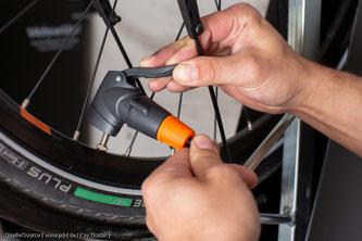 Die Reifen zumindest auf Minimaldruck aufpumpen