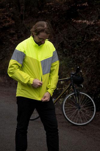 DEKRA Radfahrer Sichtbarkeit 2: Neben der eigenen Beleuchtung ist kontrastreiche Kleidung mit retroreflektierenden Elementen zu empfehlen.