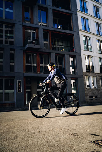 Schweinsteiger fährt E_Bike ©Kettler Alu-Rad