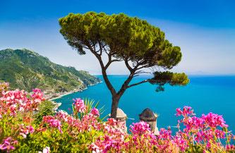 Auf eigene Faust entdecken Reisende mit Hauser Exkursionen die Amalfiküste im Süden Italiens. Bildnachweis: Canadastock von Shutterstock.com