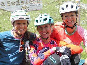 Patricia Roth und Andrea Hahn, Inhaberinnen der BIKE AGENTUR, sowie Judith Lell-Wagener, Gründerin der Bikerinnen-Community GIRLSRIDETOO.DE