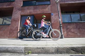Das Kinderrad mit einem hoch herausragenden Sicherheitswimpel ausstatten