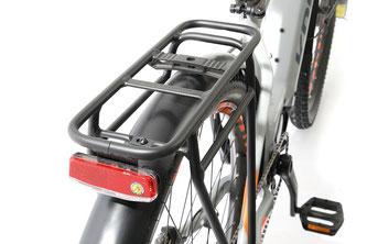 Fahrradtaschen finden am stabilen Gepäckträger viel Platz.
