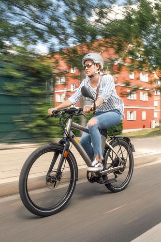 Radfahren bedeutet auch, im Straßenverkehr angreifbarer als etwa ein Autofahrer zu sein. Moderne Helme, helfen Radlern dabei, sicher zu fahren und anzukommen.