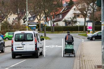Innerorts einen Abstand von 1,5 Metern zum Radfahrer einhalten, außerorts beträgt er zwei Meter.