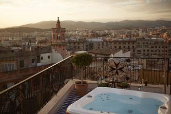 """Von der Dachterrasse der """"Island Suite"""" im Hotel Cort reicht der Blick über die Altstadt von Palma Bildnachweis: Hotel Cort"""