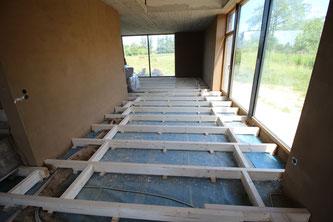 Unterkonstruktion aus Massivholz geschnitten und verlegt