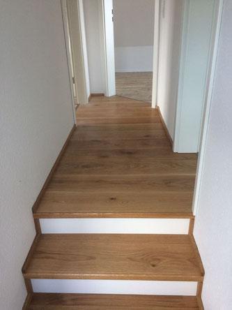 Fußboden und Treppe haben die gleiche Optik