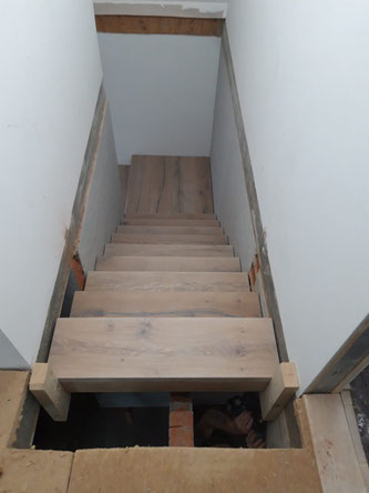 Montage des letzten oberen Stufenblocks