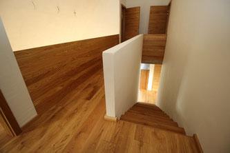 Eichendiele geht in den Treppenverlauf über