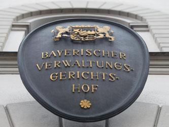 Schild mit der Schrift «Bayerischer Verwaltungsgerichtshof» in München. Foto: Peter Kneffel/Archiv