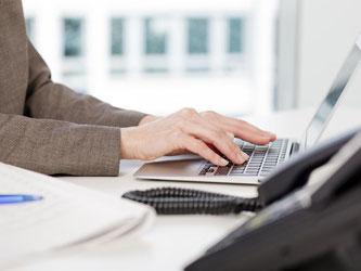 Während der Arbeitszeit das Internet für private Zwecke zu nutzen, ist heikel. Gibt es keine Betriebsvereinbarung zum Thema, fragt man am besten beim Chef nach. Foto: Monique Wüstenhagen