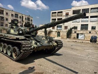 Ein syrischer T-72-Panzer lauert in einer Kampfpause in Aleppo. Foto: Michael Alaeddin/Sputnik