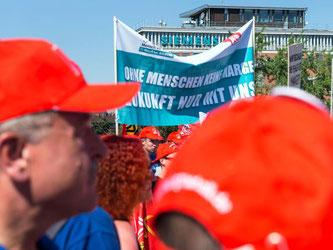 Angehörige der IG Metall demonstrieren in Nürnberg für den Erhalt von Produktionsarbeitsplätzen bei Siemens in Deutschland. Foto: Rudi Ott