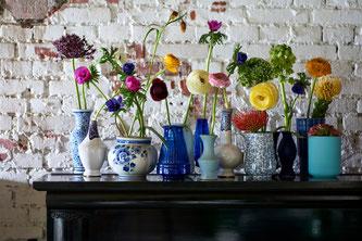 Angeordnet in bunten Glas- oder Porzellanvasen kommt die Unverwechselbarkeit der einzelnen Frühlingsblumen besonders zur Geltung (Foto: obs/Blumenbüro/Tollwasblumenmachen.de)