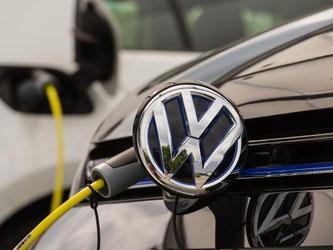 Elektro-Volkswagen an einer Stromtankstelle. Foto: Sebastian Gollnow/Archiv
