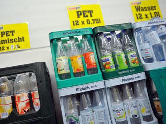 Leere PET-Flaschen bei einem Getränkehändler in Köln. Foto: Henning Kaiser