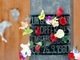 Attentats-Denkmal mit Blumen. Foto: Sven Hoppe/Archiv