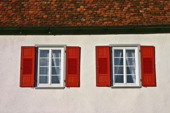 Dächer und Fenster sollten im Frühling auf mögliche Schäden begutachtet werden (Foto: pixabay.com / Catkin)