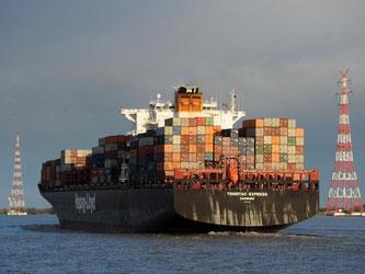 Ein Containerschiff ist auf der Elbe unterwegs auf dem Weg vom Hamburger Hafen in die Nordsee. Foto: Christian Charisius