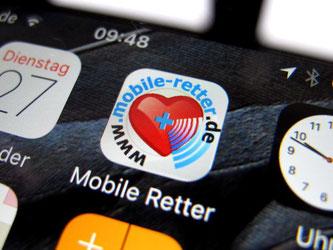 """IDie App """"Mobile Helfer"""" ist auf einem Smartphone zu sehen. Foto: Stephan Jansen"""