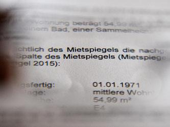 Eine Mieterhöhung wird auf einem amtlichen Schreiben angekündigt. Foto: Jens Kalaene