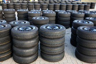 Stapelweise warten die Reifen auf ihren Einsatz (Foto:  obs / Adac / Adac e.V.)