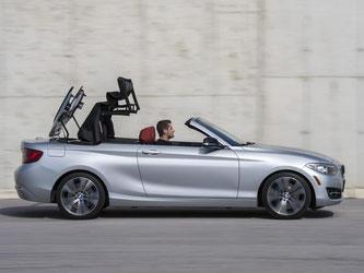 Kein Halten mehr: Das Dach einzufahren, funktioniert bis Tempo 50 auch während der Fahrt. Foto: BMW