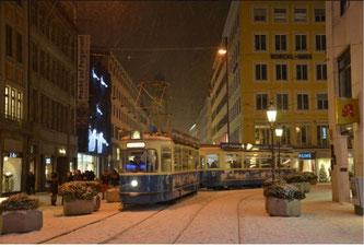 Ein Zug vom Typ M aus dem Jahr 1957 ist in diesem Jahr wieder als Christkindl-Tram in München im Einsatz (Foto: SWM / MVG)