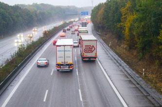 Insbesondere im Herbst und Winter müssen sich Autofahrer neuen Herausforderungen stellen (Foto: obs / TÜV Rheinland AG)