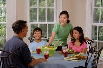 Gemeinsame Familienmahlzeiten haben einen hohen Lerneffekt für zukünftige Ernährungsgewohnheiten der Kinder (Symbolbild; Foto: pixabay.com / skeeze)