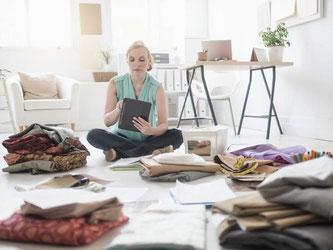 Kleidung designen, das geht auch von zu Hause aus. Doch das Arbeiten zu Hause kann Ärger mit dem Vermieter nach sich ziehen. Foto: Bildagentur-online/Tetra Images
