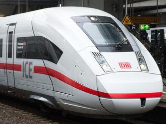 Nicht mehr so schnell: Die neue Baureihe ICE 4 (r.) ist auf 250 Stundenkilometer beschränkt. Der ICE 3 schafft Tempo 330. Foto: Bernd von Jutrczenka