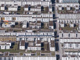 In Großstädten wie Hamburg und München muss man nach wie vor lange nach einer günstigen Wohnung suchen. Foto: Sven Hoppe