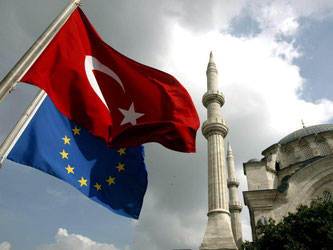 Ein Berater des türkischen Präsidenten Erdogan droht der EU im Visastreit mit der Aufkündigung sämtlicher Abkommen. Foto: Tolga Bozoglu