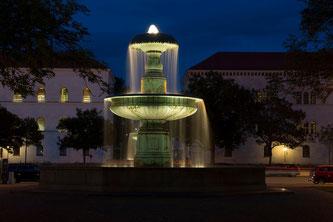 Springbrunnen am Vorplatz der Ludwig-Maximilians-Universität München (Symbolbild; Foto: pixabay.com / AndyTriggerRaw)
