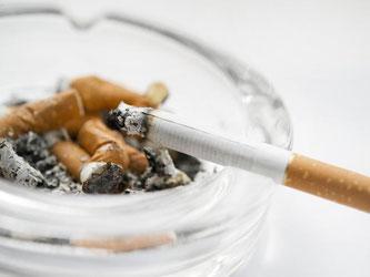 Auch auf der Arbeit brauchen Raucher zwischendurch mal eine Zigarette. Wo sie die aber rauchen dürfen, dafür gibt es je nach Betrieb unterschiedliche Regelungen. Foto: Franziska Gabbert