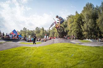 Profi Mountainbiker Fabian Koller testet unter den Augen der Zuschauer die Anlage (Foto: obs / Rad Quartier)