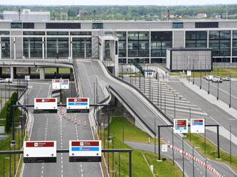 Nach Darstellung des «Tagesspiegels» ist der jüngste Zeitplan für die BER-Eröffnung bis Ende 2017 nun hinfällig. Foto: Ralf Hirschberger