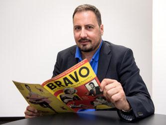 Ex-Chefredakteur Alex Gernandt mit der ersten «Bravo», die am 26.08.1956 erschienen ist. Foto: Sven Hoppe