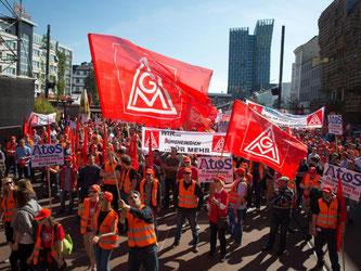 Beschäftigte der Metall- und Elektroindustrie demonstrieren auf dem Spielbudenplatz in Hamburg. Foto: Christian Charisius