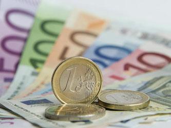 Euro-Banknoten und Münzen sind zu sehen. Foto: Daniel Reinhardt/Archiv